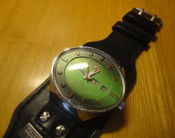 Справа на корпусе часов есть специальное колесико подзавода на случай, если вы несколько дней их не носили и по этой причине они остановились