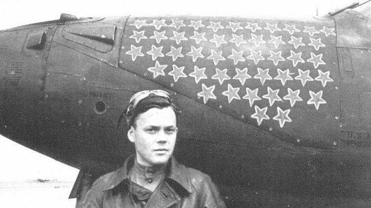 Николай Гулаев после знаменитого боя 25 мая 1944 года (он лично сбил 4 самолета противника)