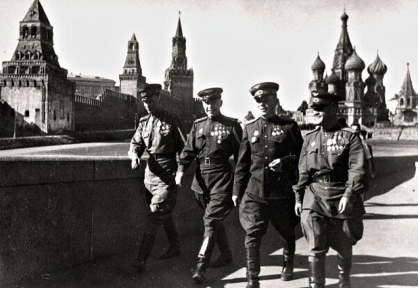 На Красной площади после вручения Золотых Звезд Героев: слева направо – Андрей Труд, Александр Покрышкин, Георгий Речкалов, и Николай Гулаев