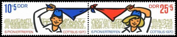 Не во всех странах соцлагеря пионерский галстук был красным. Например, в ГДР он был синего цвета.