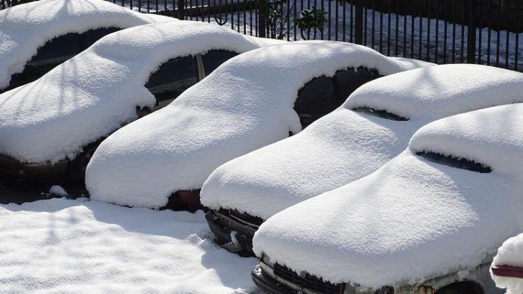 Автолюбителю на заметку. Что делать, если ваш автомобиль повредило упавшим снегом?