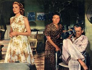 Знаменитые кинонаряды. Сколько раз и почему меняет наряды героиня фильма «Окно во двор»?