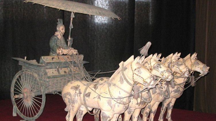 Зонт на колеснице из т.н. «терракотовой армии» китайского императора Хуан-ди.