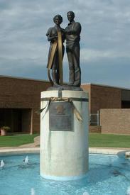 Мемориал погибшим на почте Экланда в 1986 г.