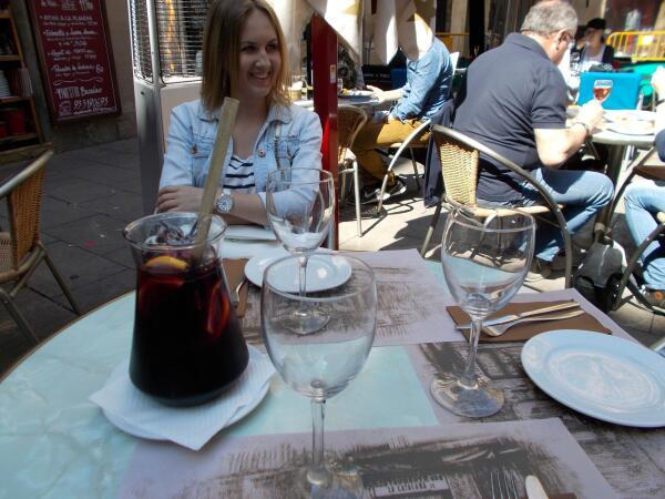 В Барселоне очень вкусная Сангрия по цене 17 евро за кувшин