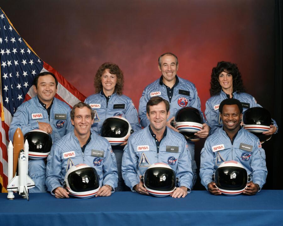 Экипаж «Челленджера». Роналд МакНэйр - во втором ряду слева.