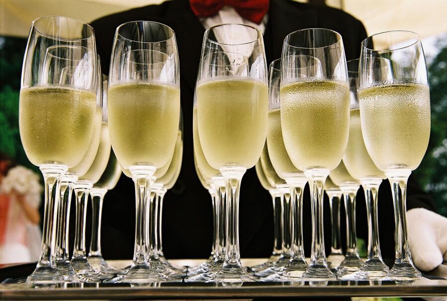Какое вино послужило образцом для шампанского?