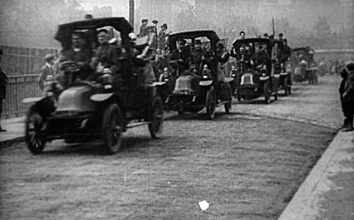 Колонна такси на марше