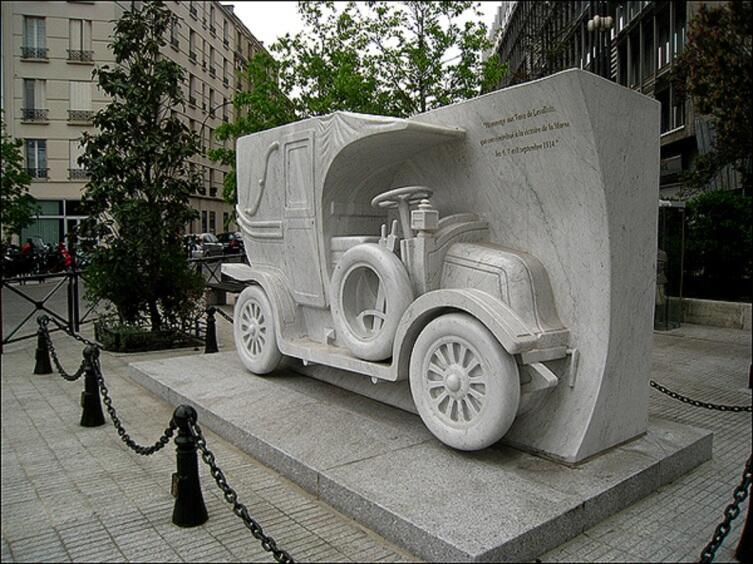 Памятник марнскому такси в городе Леваллуа-Перре