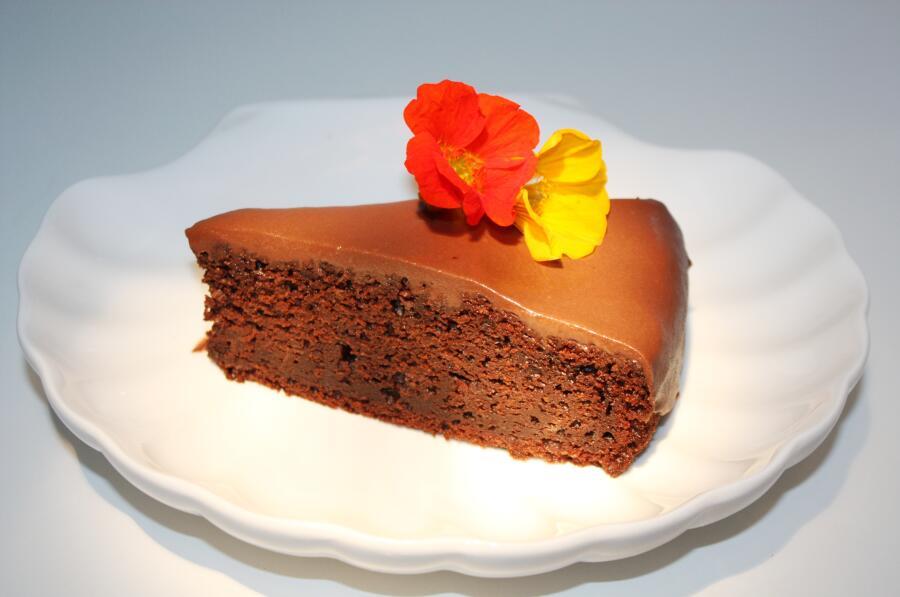 Бабушкин свекольный шоколадный кекс с цветами настурции