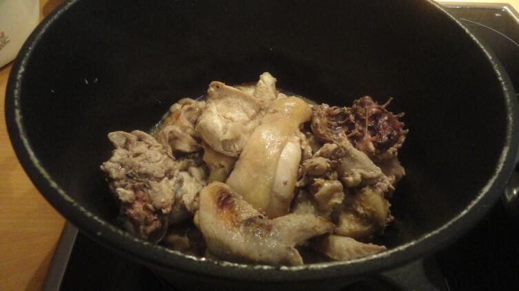 В казане обжариваем разделанную на мелкие кусочки курицу