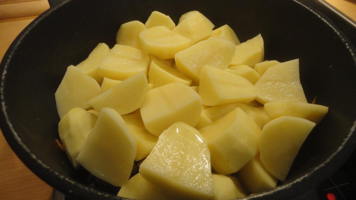...добавляем в казан крупнонарезанный картофель