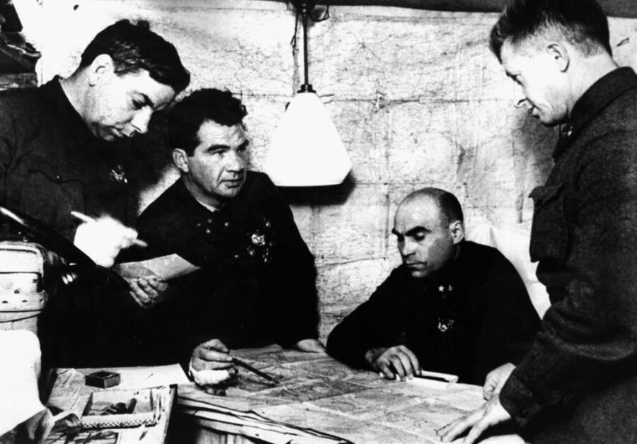 Командный пункт 62-й армии: начальник штаба армии Н. И. Крылов, командующий армией В. И. Чуйков, член Военного совета К. А. Гуров, командир 13-й гв. сд А. И. Родимцев, декабрь 1942 г.