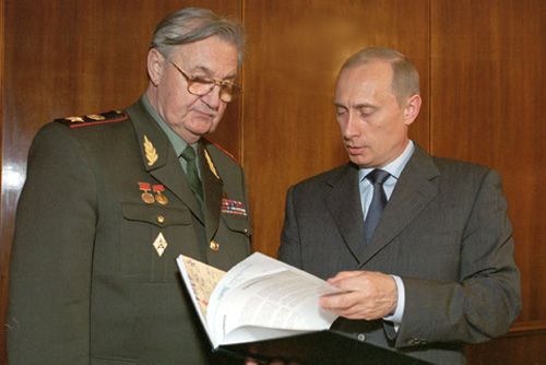 В. И. Варенников и В. В. Путин. 2002 год