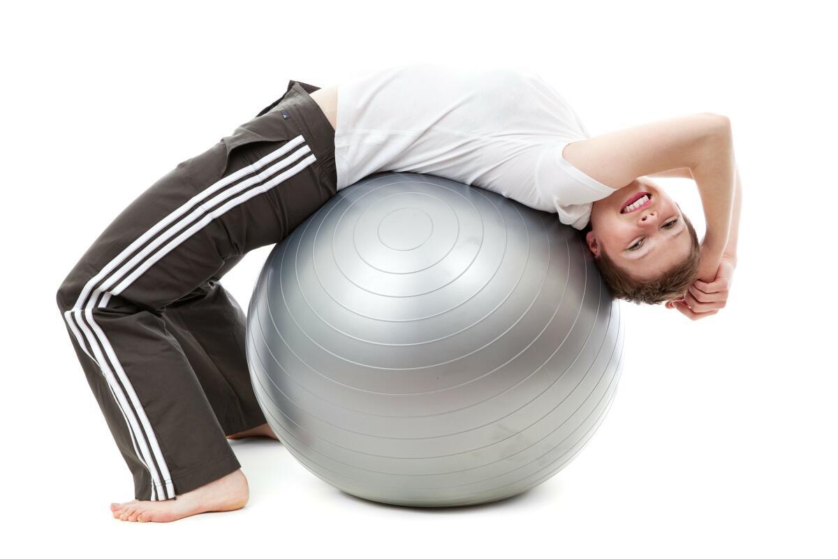 Упражнения с фитболом укрепляют спину