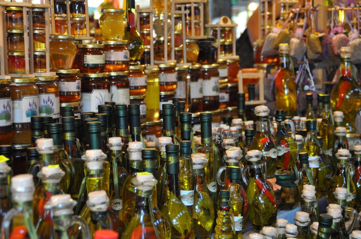 На свету льняное масло теряет свои свойства, поэтому выбирайте масло в темных бутылках