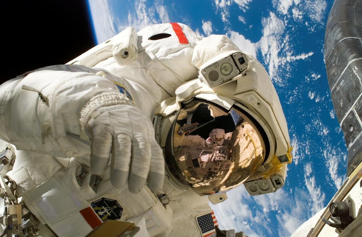 С синдромом социальной и сенсорной депривации человек столкнётся при выполнении длительных космических полётов