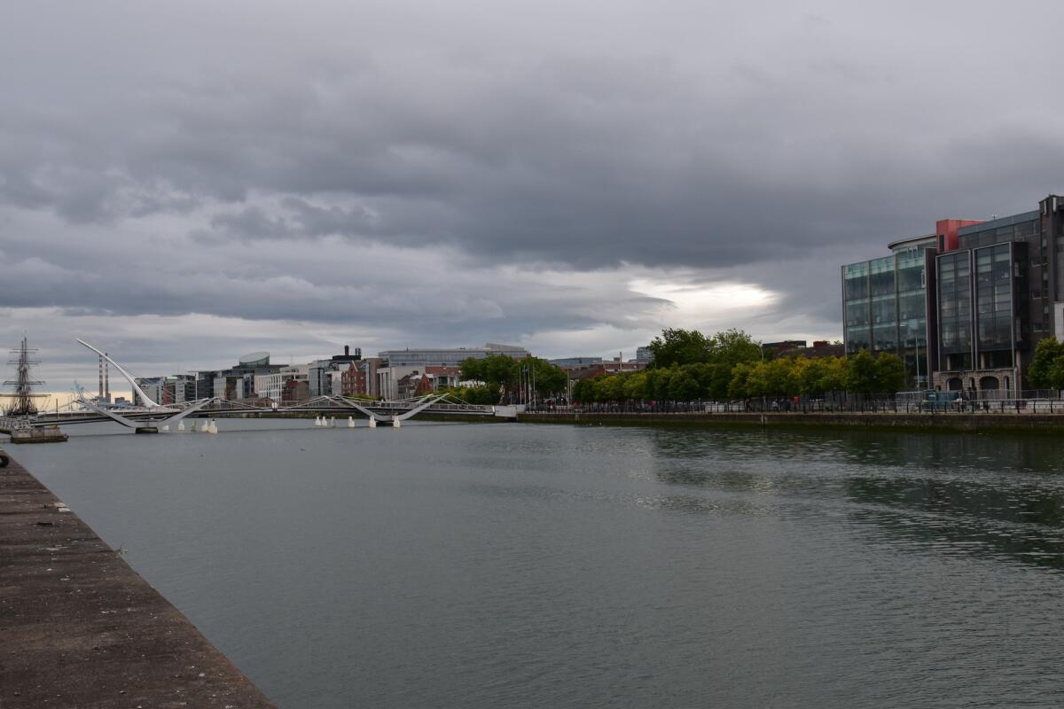 Мост через реку Лиффи в Дублине, Ирландия