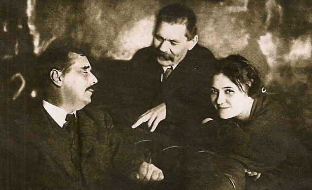 М. Горький (в центре) и М. Бенкердорф