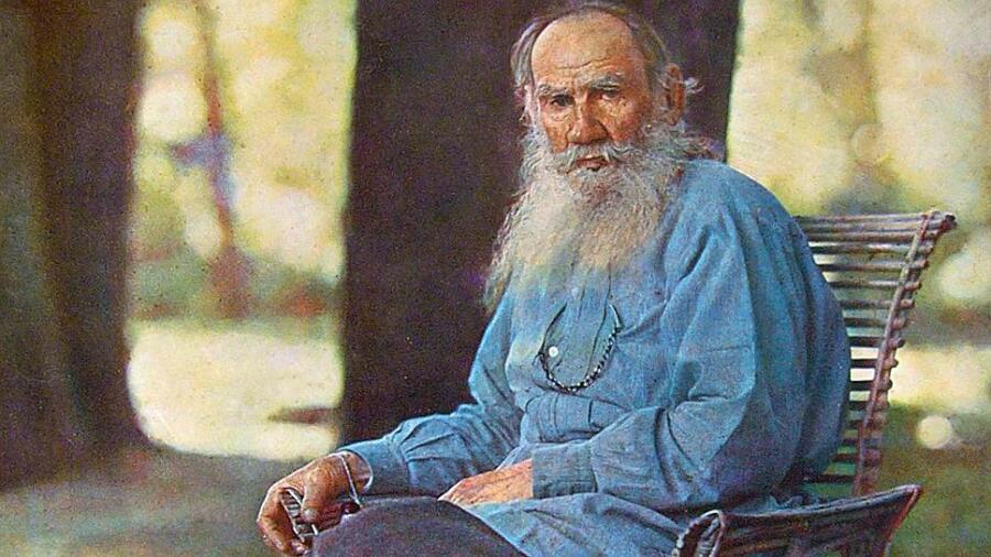 Цветной фотографический портрет Льва Толстого в Ясной Поляне, созданный Сергеем Прокудиным-Горским в мае 1908 г.