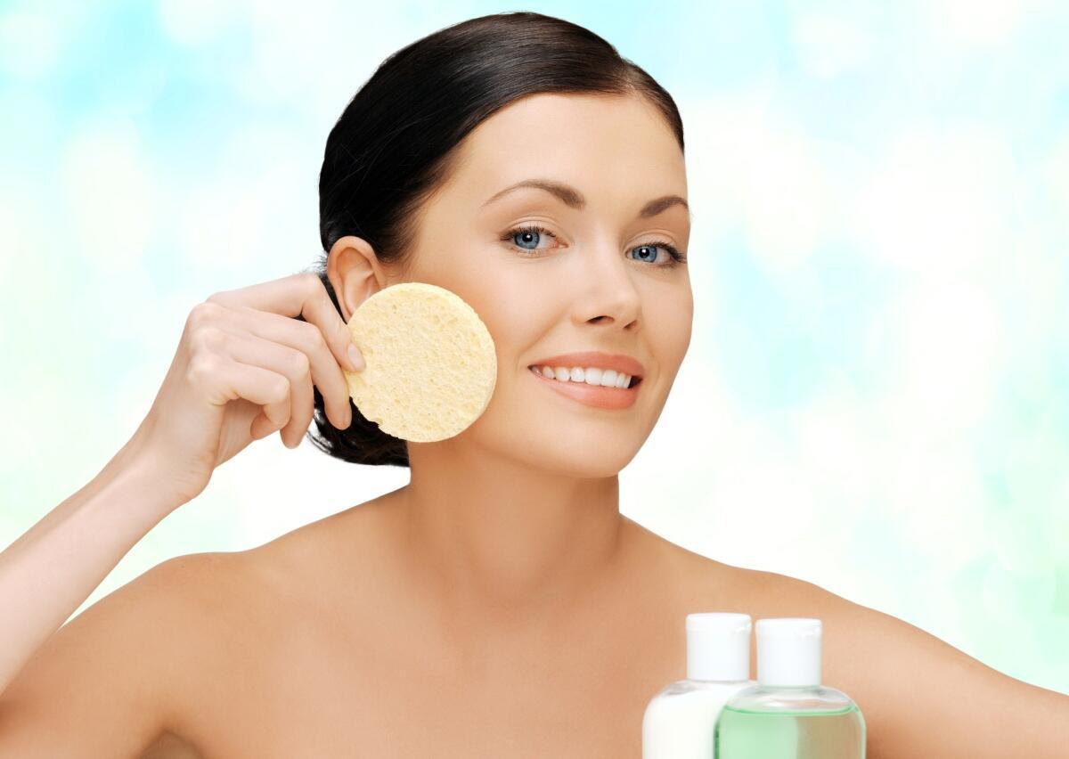 Умывайте лицо специальными косметическими средствами