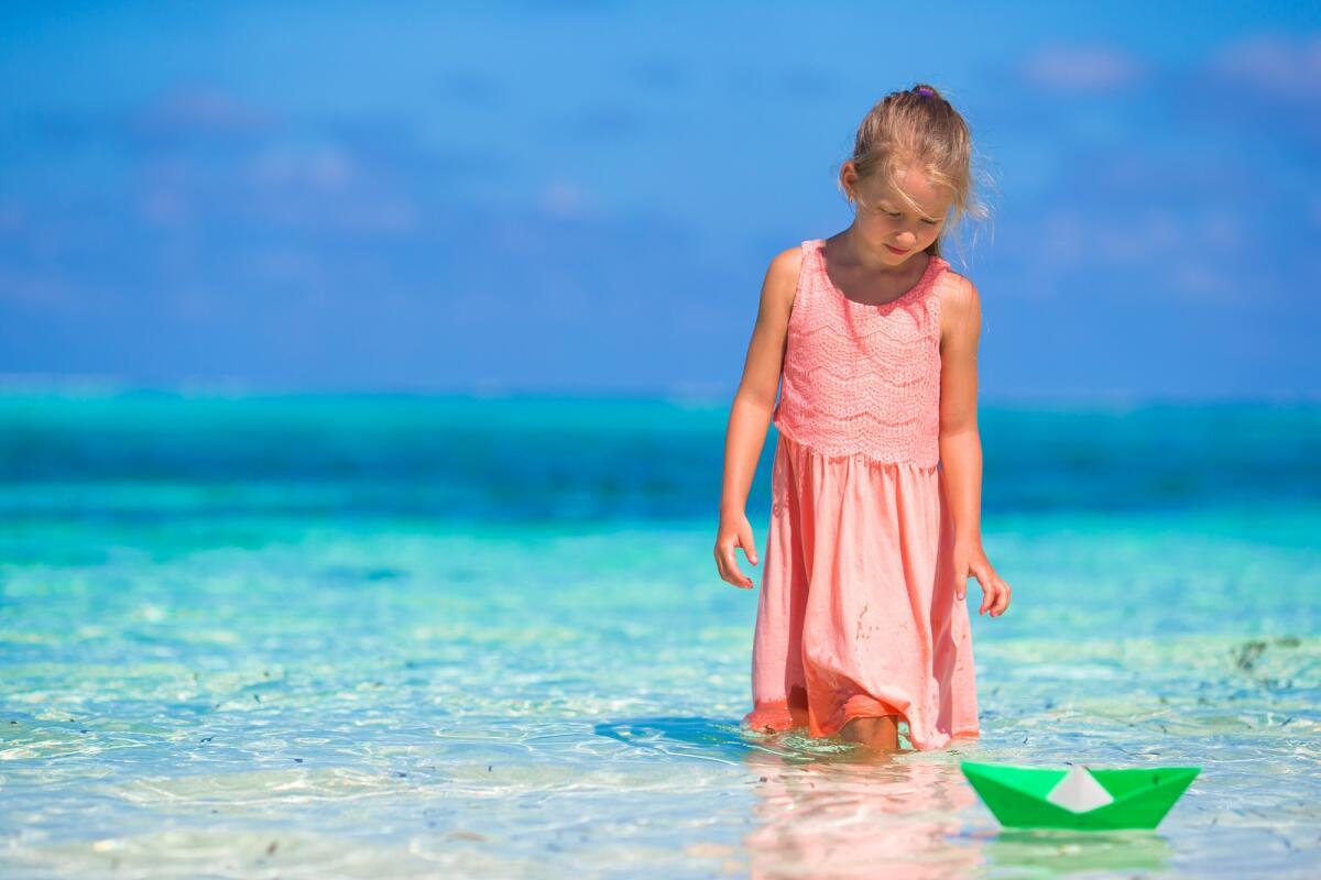 Начните с поделок, которые имеют практическое значение, например, лодочка, которую можно запускать во время купания