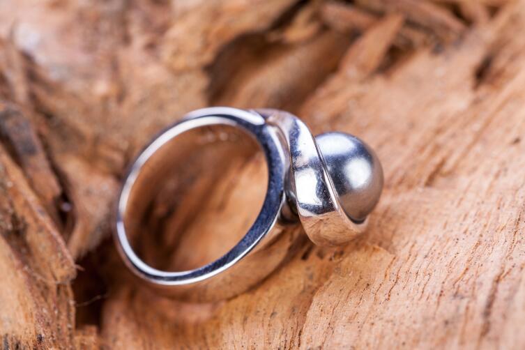 Серебряное кольцо на безымянном пальце снимает переизбыток напряжения в канале кровообращения, снижает давление