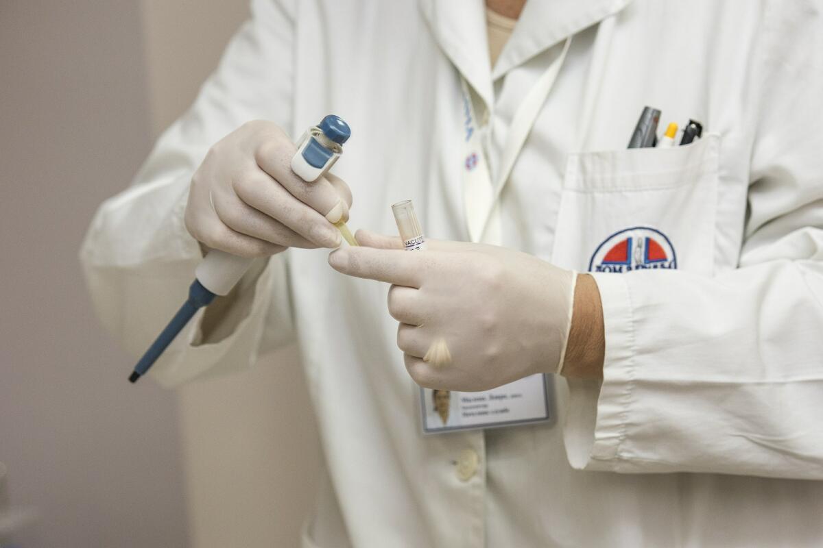 При обнаружении папилломы лучше всего обратиться к врачу-дерматологу