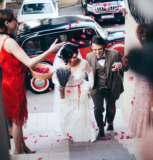 Красная тесьма на талии невесты
