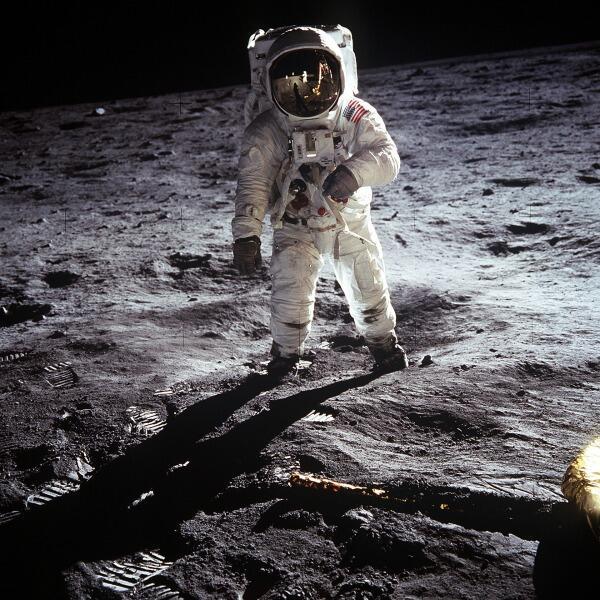 Обладателю лунного участка может понадобиться такой костюмчик