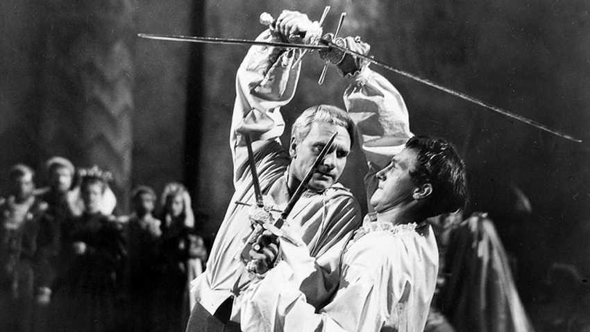 Гамлет (Л. Оливье) убивает Лаэрта (Т. Морган)