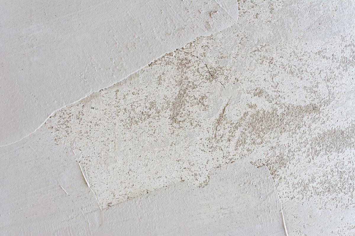В ходе выполнения грунтово-шпаклевочных работ постарайтесь максимально выровнять потолок