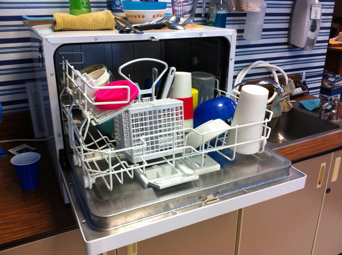 Если у вас небольшая семья, вам может подойти настольная посудомоечная машина