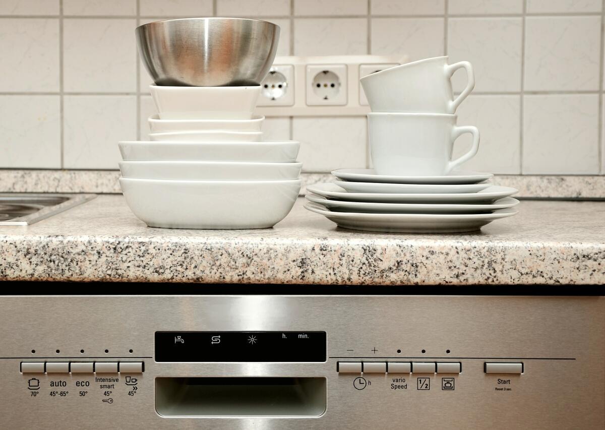 Чашки и тарелки, вымытые в посудомойке, просто сверкают
