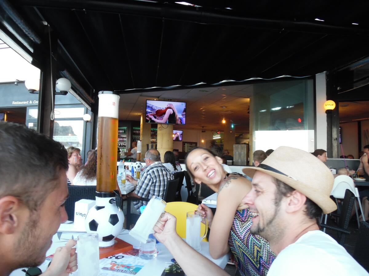 Во время финала Чемпионата мира по футболу испанцы не только пьют пиво, но и любят вкусно покушать