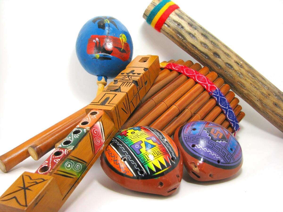 Музыкальные инструменты декорированные в этно стиле