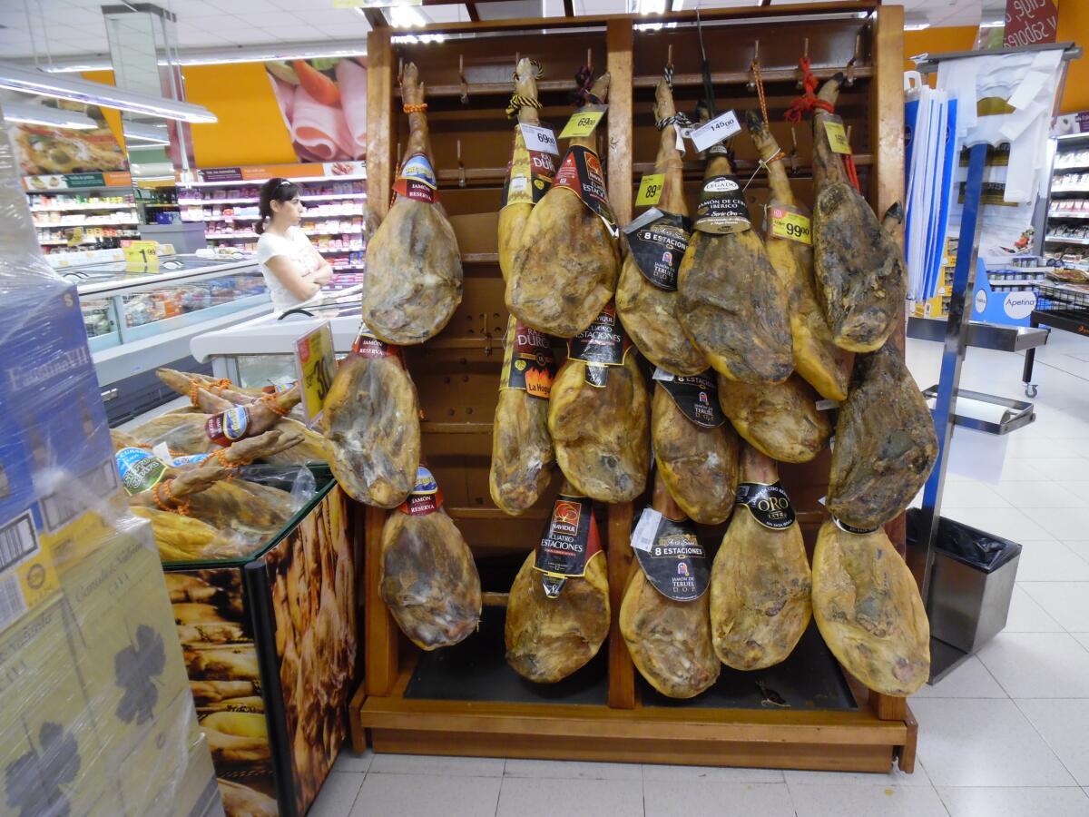 Огромные окорока висят во всех магазинах Испании