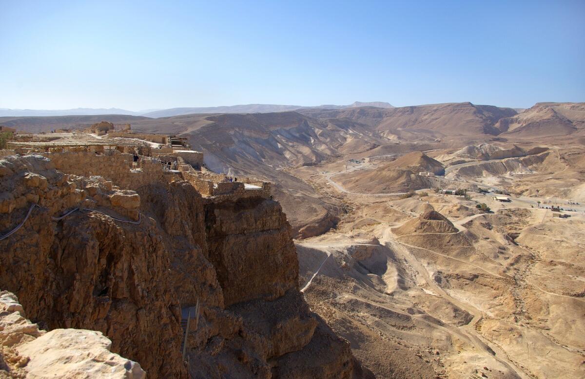 Вид на крепость Масада и пустыню, Израиль