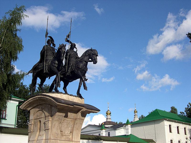 Памятник Борису и Глебу у стен Борисоглебского монастыря в Дмитрове, 2006 год, скульптор — А. Ю. Рукавишников