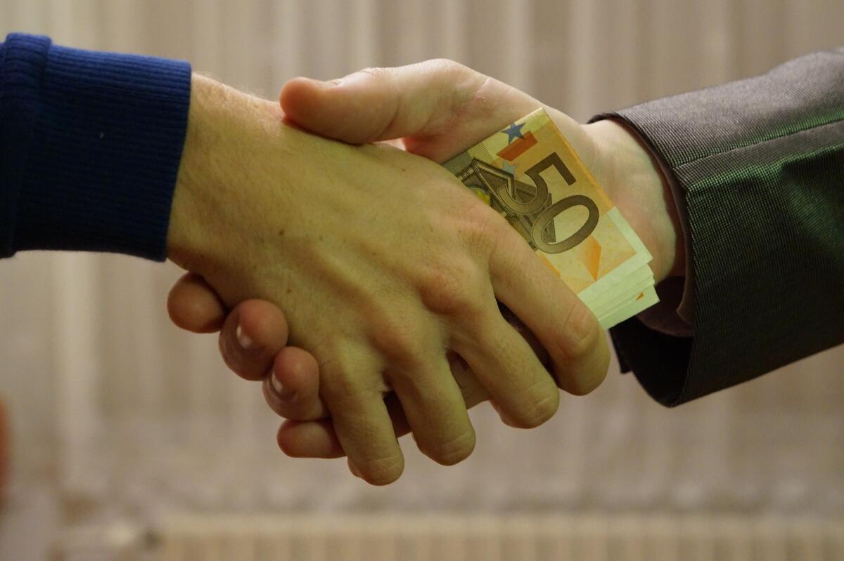 «Дать на лапу» через посредника— тоже коррупция