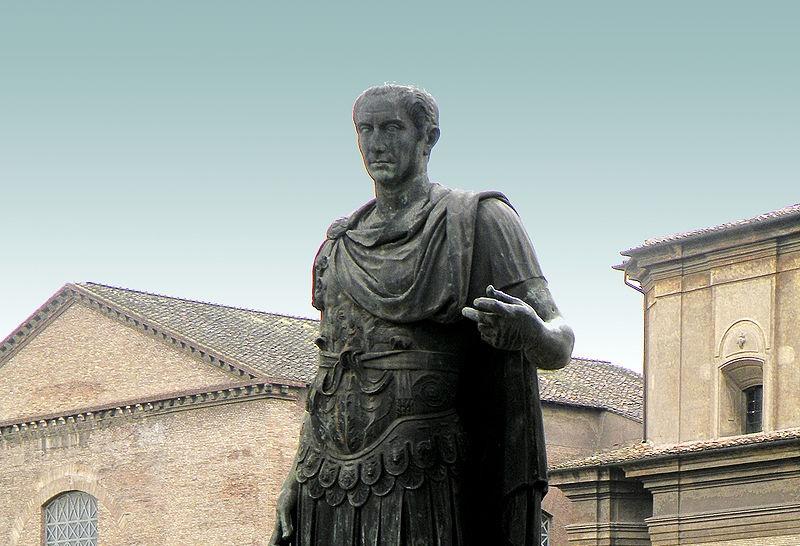 Памятник Юлию Цезарю на Виа деи Фори Империали в Риме, копия с оригинала, хранящегося в Ватиканских музеях