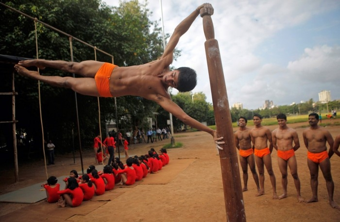 Индийские борцы тренируются на столбе, Мумбай