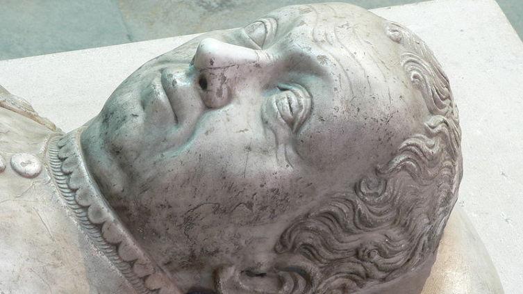 Посмертный скульптурный портрет (фрагмент надгробного памятника в базилике Сен-Дени)