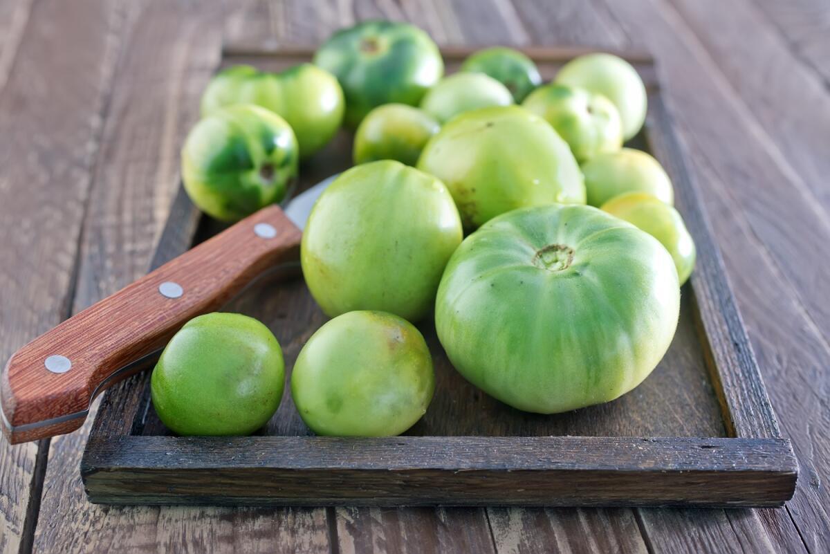 следует подержать зеленые томаты в кипящем соляном растворе в течение 1−2 минут