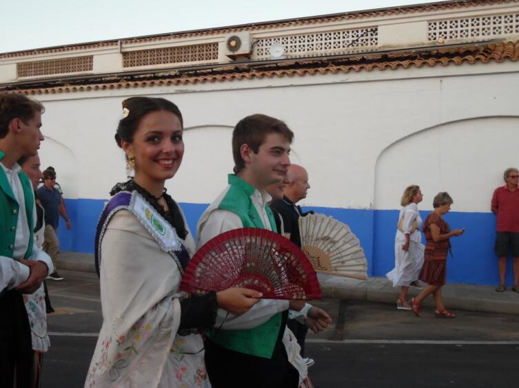 Испанская молодежь в валенсийских костюмах