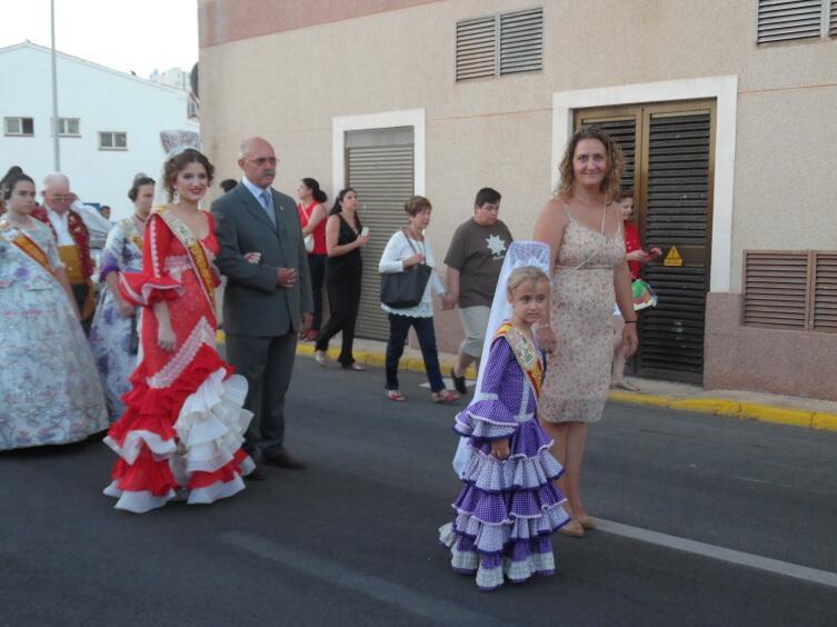 И даже некоторые жены членов администрации города не чураются народных костюмов