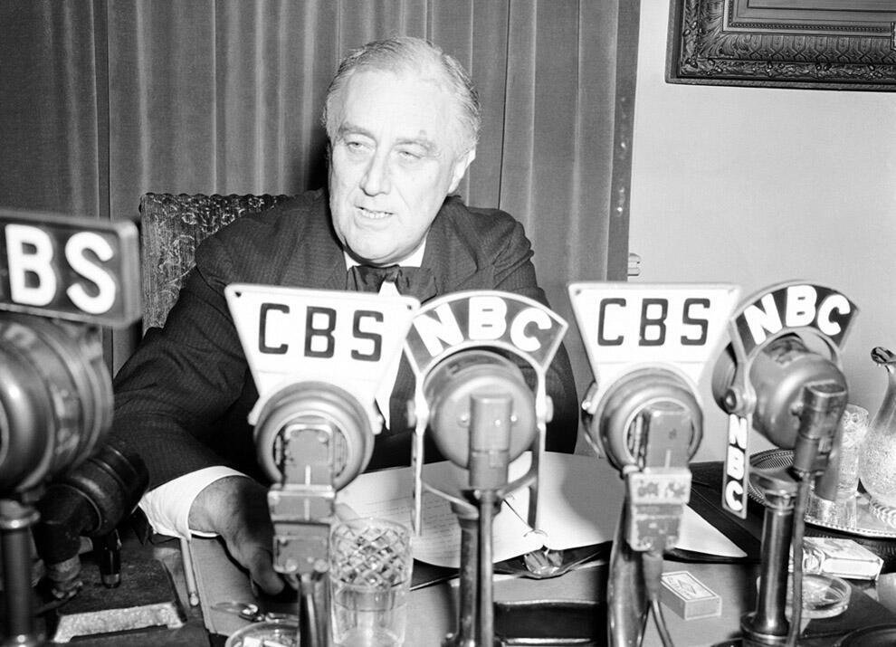 Президент США Франклин Д. Рузвельт обращается к нации по радио из Белого дома
