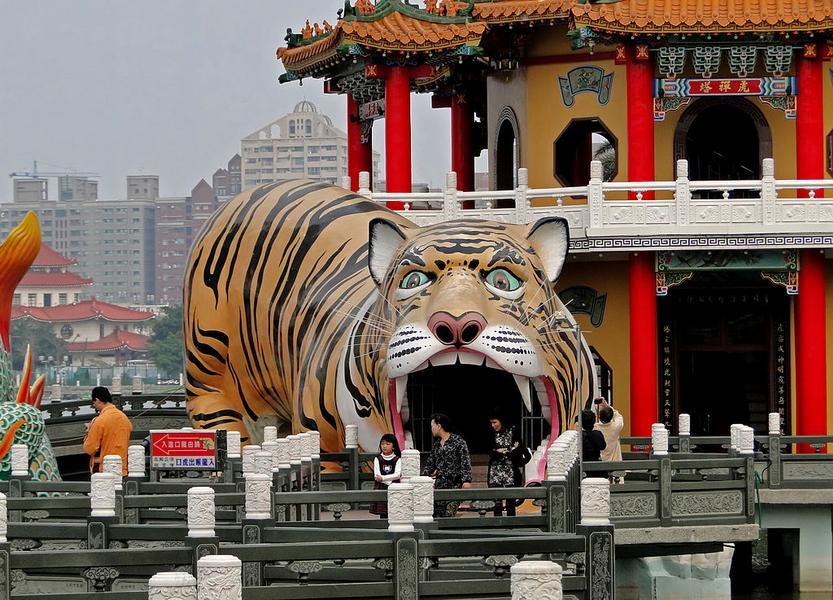 Скульптура у Пагоды Тигра и Дракона на Тайване