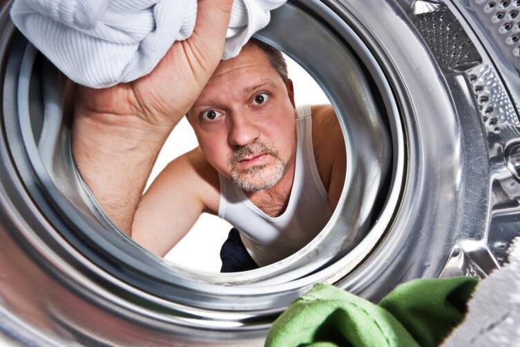 Срочно спрятать деньги можно в грязном белье, положив наверх грязные носки или что-то такое же неприятное