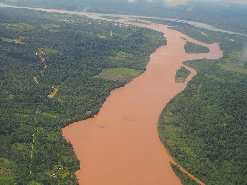 Слияние рек Тамбо (на переднем плане) и Урубамба (вверху справа) — исток Укаяли